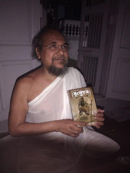 ધન્ય ઘડી...  પરમ પૂજ્ય વિજયરત્નાચલ સૂરિ મહારાજશ્રી પાસેથી મળેલો અણમોલ શુભેચ્છા સંદેશ...    ગુજરાતી ભાષાની સર્વપ્રથમ મૉડર્ન માયથોલોજિકલ થ્રિલર 'મૃત્યુંજય' પ્રકાશિત થઈ ચૂકી છે, નવભારત સાહિત્ય મંદિરની વેબસાઇટ પરથી 'મૃત્યુંજય' નવલકથા ખરીદી શકાશે. એમેઝોન પર પણ ઉપલબ્ધ.  https://www.amazon.in/dp/B08WRKPBPJ/ref=cm_sw_r_cp_api_fabc_9VG9NBFB8HS98KX1A828  વાચકમિત્રો 'નવભારત સાહિત્ય મંદિર'ના કૉન્ટેક્ટ નંબર (98250 32340) પર ફોન કરીને પણ પોતાની નકલ ઘરે બેઠાં મંગાવી શકશે.  https://bit.ly/3rUx0v3   તમારી નકલ આજે જ બૂક કરાવો.  Written by: Parakh Bhatt & Raj Javiya Created by: Fortune Designing Studio (FDS) Published by: Navbharat Sahitya Mandir Cover-Page designed by: Mauli Buch Munshi  #gujarati #novel #authors #modern #mythology #thriller #fiction #readers #history #science #romance #politics #business #world #story #words #NavbharatSahityaMandir