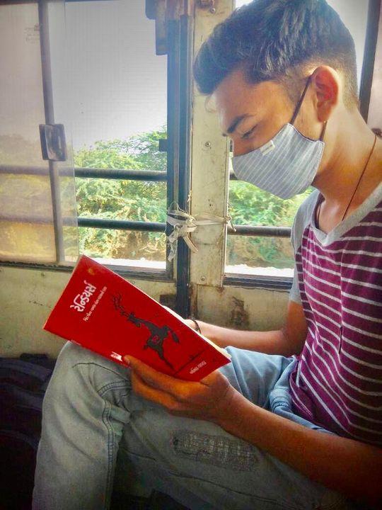 શ્રી ચિરાગ મકવાણા 'રેન્ડિયર્સ' નવલકથા વાંચીને અમને પ્રતિભાવ મોકલ્યો તે બદલ અમે તેમના આભારી છીએ. -------------------------------- આમ હું જીપીએસસી ની એક્ઝામ આપીને ઘર તરફ વળ્યો ત્યારે પહેલેથી જ નક્કી હતું કે હું અનિલ ચાવડાની નવલકથા વાંચીશ......બસ ઘણા સમય થી રાહ જોઈ રહ્યો હતો કે મારી આ પ્રિલિમ પરીક્ષા ક્યારે પતે ને હું આ પુસ્તકની આનોખી દુનિયામાં પ્રવેશું. મારી પરીક્ષા પત્યા પછી ઘર તરફ વળતી વેળાએ વાંચન ચાલુ કર્યું અને છેક ગામનું બસસ્ટેન્ડ ક્યારે આવી ગયું ખબર ન રહી.  હું મારી હોસ્ટેલની યાદો ને સ્કૂલના દિવસોમાં જ પોહચી ગયો. મુસાફરી દરમિયાન હું વાંચતો હતો ત્યારે ઘણા મને એકલા એકલા હસતાં જોઈને જોતાં જ રહેતા હતા. મારી ઉદાસીનતા ને મુસ્કાન પર એ લોકો મારા વિશે જ વિચારતા હશે એવું મને લાગતું, કેમ કે આખી બસમાં આ પુસ્તક અને હું એકલા જ આ લાહવો લઈ રહી હતા....આ ખરેખર જિંદગીના વળાંક લેતા વરસની કથાએ મને મારી જૂની હોસ્ટેલની યાદો અને એ અનુભવો ને મારા આંખોમાં અને મારા સ્મૃતિપટ પર આવીને ખડાં થઈ ગયાં.  મને આ પુસ્તક એટલું ગમ્યું કે આના પાત્રોની ને એની બીજી ઘણી વાતો કહેવા કે લખવા બેસું તો આપશ્રી પણ નવાઈ પામવા લાગો અને રેંડિયર્સ ની જેમ આમતેમ દોડવા લાગો....! - ચિરાગ મકવાણા  -------------------------------- હજી સુધી તમે અનિલ ચાવડાની નવલકથા 'રેન્ડિયર્સ' ન વાંચી હોય તો આજે જ તમારી કોપી બુક કરાવો:  પુસ્તક માટેની લિંક આ રહીઃ https://bit.ly/30EUkkA  જેમને ઓનલાઇન માફક ન આવે તેઓ +91 98250 32340 પર ફોન કરીને પણ પોતાની કૉપી બુક કરાવી શકે છે.  #reindeers #anilchavda #navbharatsahityamandir